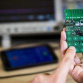 Crearon el primer celular que no necesita una batería para funcionar